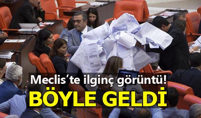 CHP'li Sezgin Tanrıkulu kanun tekliflerini rulo halinde Meclis'e getirdi