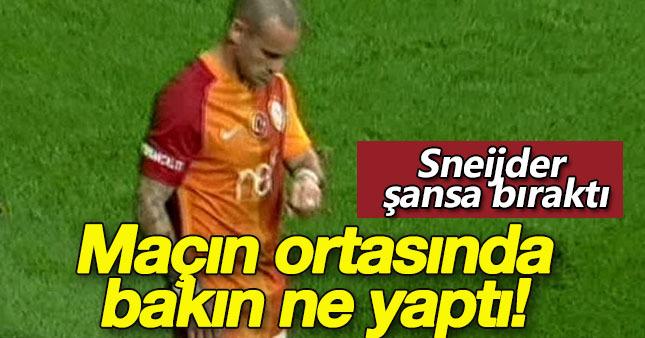 Sneijder'den maçın ortasında ilginç hareket