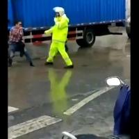 Trafik polisine Kung Fu yaptı.