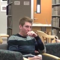 Kütüphanede koparan yemek şakası