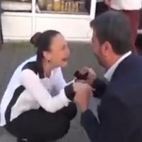 Kalpten götürecek evlenme teklifi şakası!