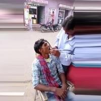 Hindistan'da sokak ortasında dişçi!