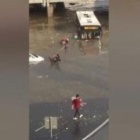 Sulara gömülen otobüsten vatandaş yüzerek çıktı