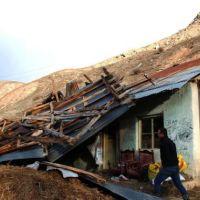 Erzurum'da hortum, ahır ve samanlığın çatısını uçurdu