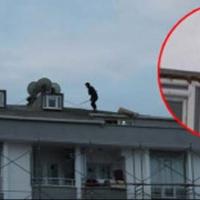 Esenyurt'ta akli dengesi bozuk kişi çatıda terör estirdi
