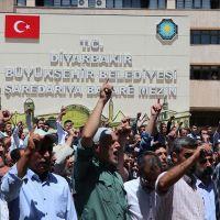 HDP'nin yönettiği Diyarbakır Büyükşehir Belediyesi'nde alınan kararlara protesto