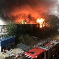 Kağıthane'de depoya yıldırım düştü, yangın çıktı