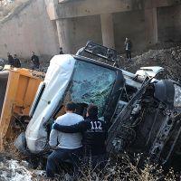 Kamyon köprüden düştü sürücüsü öldü!