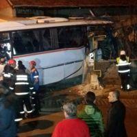 Karabük'te işçi servisi eve tosladı: 4 ölü, 2 yaralı