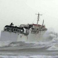 Mersin'de fırtınaya kapılan gemi karaya oturdu