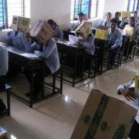 Öğrenciler kopya çekmesin diye başlarına koli geçirildi