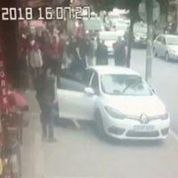 Uyuşturucu satıcıları araçlarıyla vatandaşın arasına daldı!