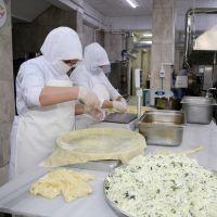 Devlet desteğiyle iş kuran kadın, ev hanımlarıyla pişirdiği su böreğini Türkiye'ye tattırıyor