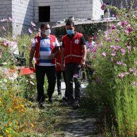 Ödüllü yönetmen Sönmez, Ağrı'da Kızılay gönüllüleriyle ihtiyaç sahiplerine yardım dağıttı