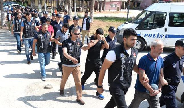 Adana'da 17 kişi tutuklandı, 150 kişi adliyeyi bastı