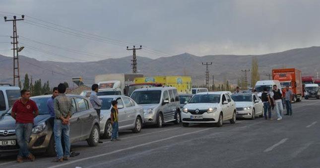 Ağrı'da yol kesen PKK 12 aracı yaktı