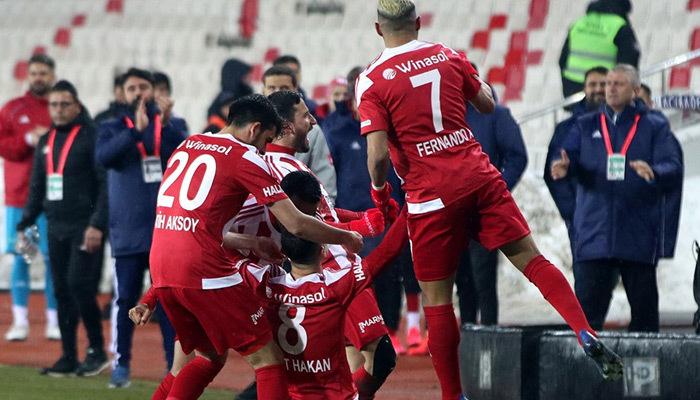 Alanya'yı deviren Sivasspor zirveye tutundu