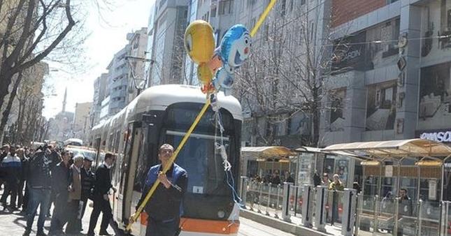 'Balon' tramvay seferlerini aksattı