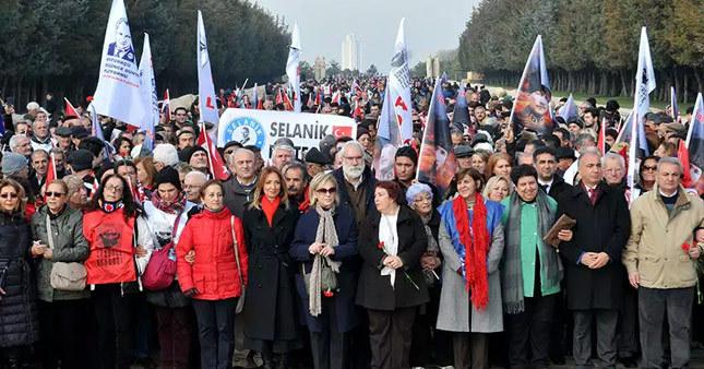 """Binlerce """"başkanlık karşıtı"""" Anıtkabir'e yürüdü"""