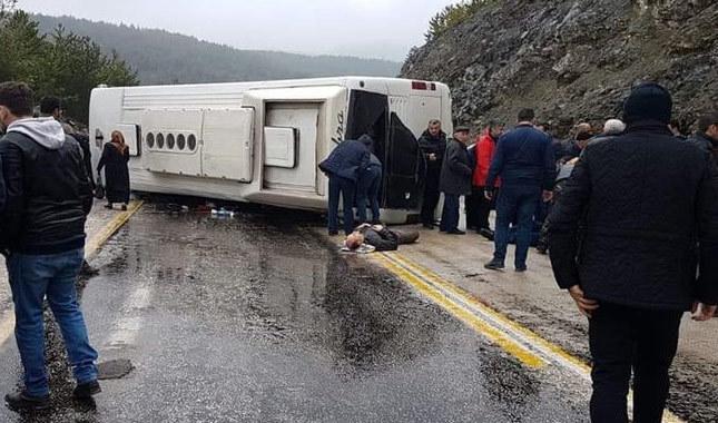 Cenazeye giden otobüs kaza yaptı: Çok sayıda yaralı var
