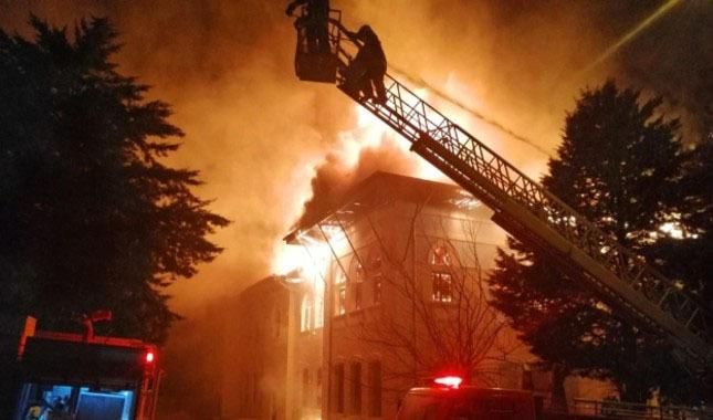 Denizli'de tarihi okul binasında yangın...