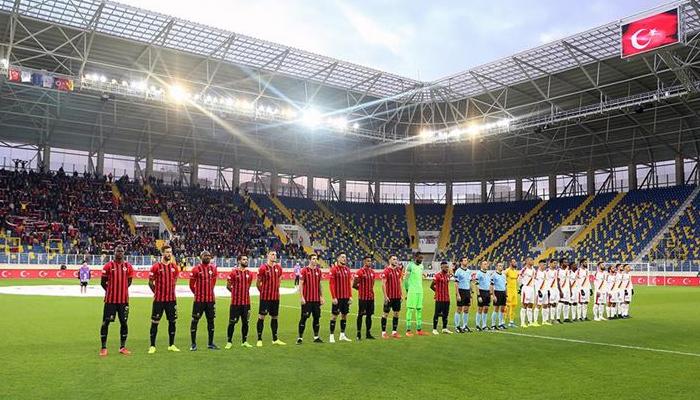 Depremde ölenler için maçlarda saygı duruşu
