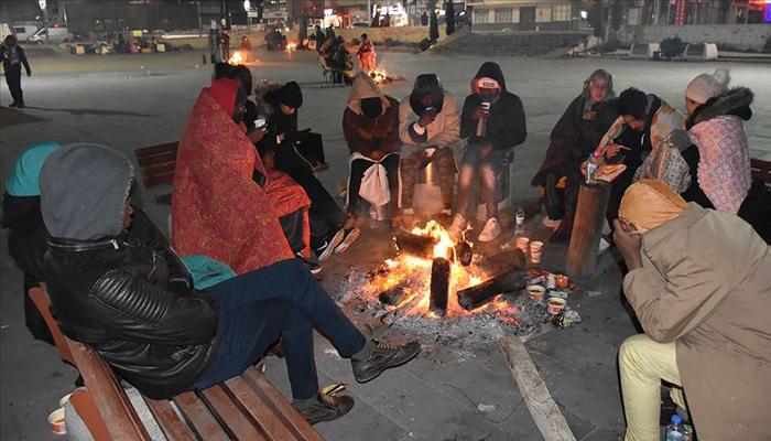 Depremzedeler geceyi sokakta geçirdi