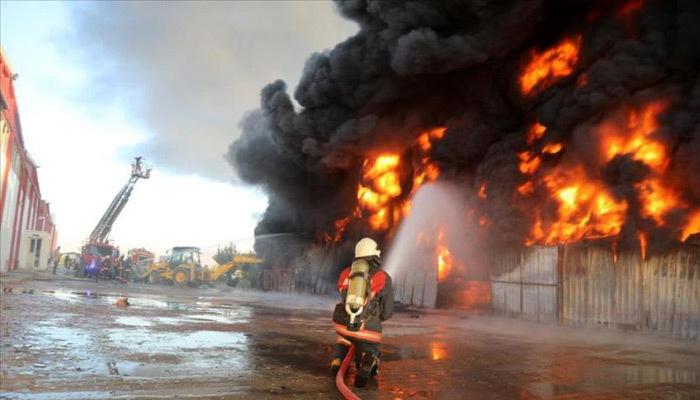Elazığ'da plastik fabrikası yandı