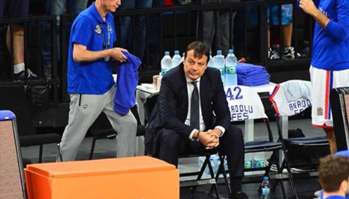 Ergin Ataman, maç boyunca neden oturdu?