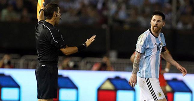 FIFA Messi'ye acımadı 4 maç ceza!