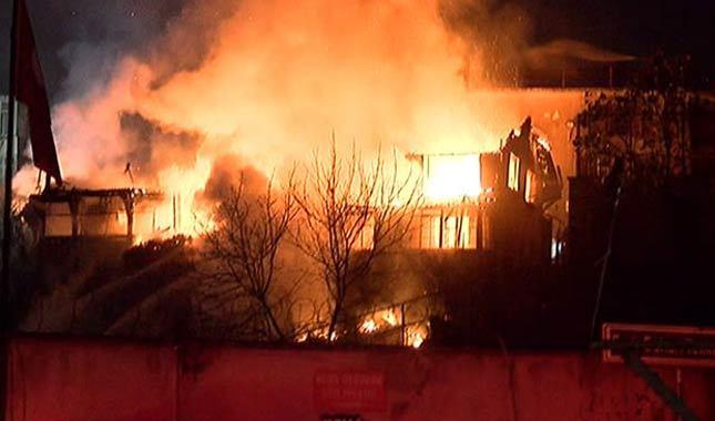 Fatih'te 4 katlı ahşap binada yangın