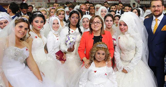 Fatma Şahin 300 çiftin nikahını kıydı