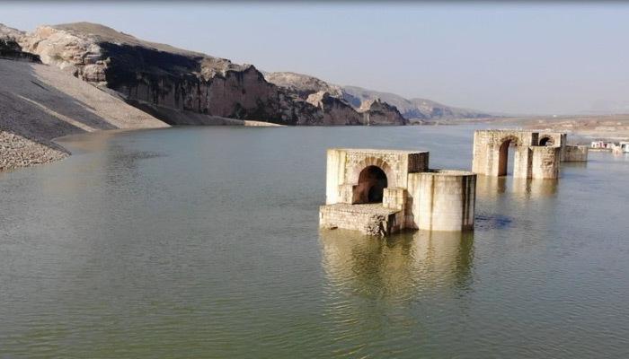 Hasankeyf'te bin 300 yıllık köprü suyun altında kaldı!