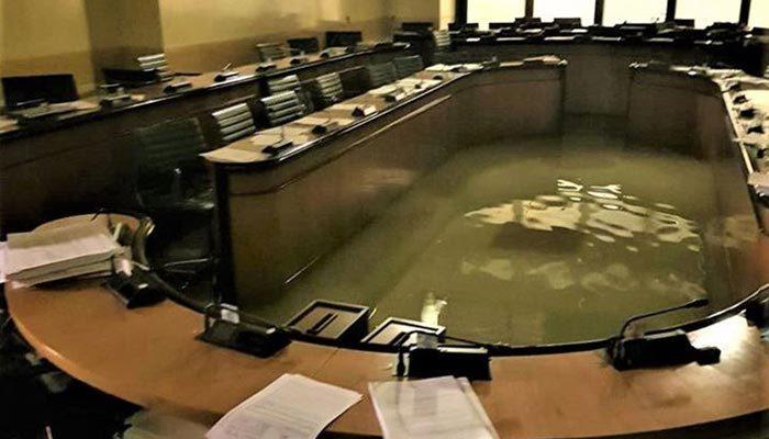 İklim önergesi reddedildi, parlamentoyu su bastı