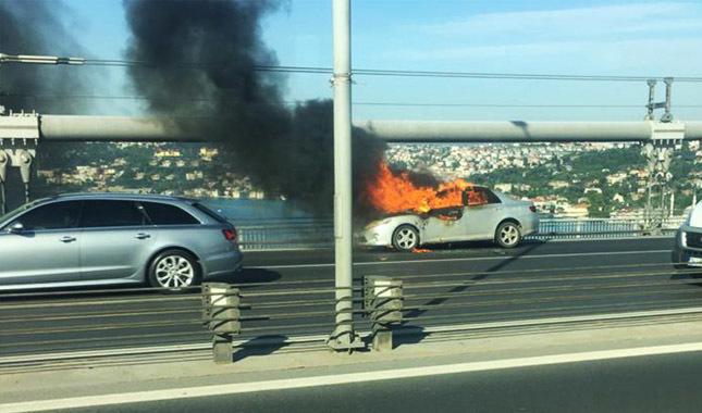 Köprüde otomobilini yakıp intihar etti