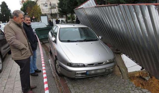 Maltepe'de çöken yolda araba asılı kaldı