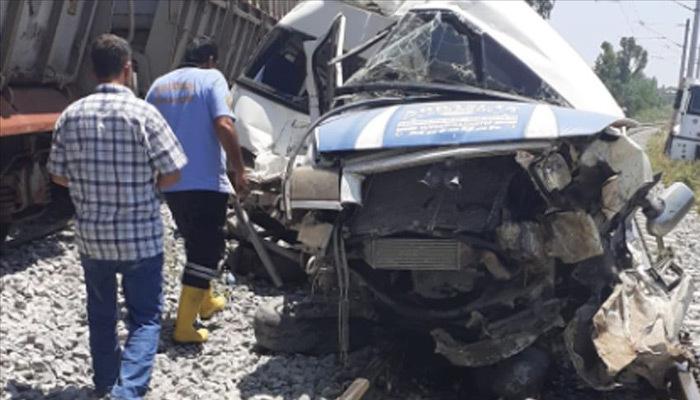 Mersin'de yük treni ve servis minibüsü çarpıştı