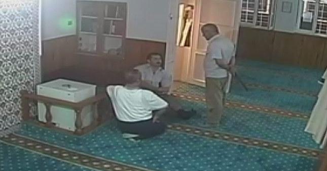 Palalı saldırgan sela okunan camiyi bastı