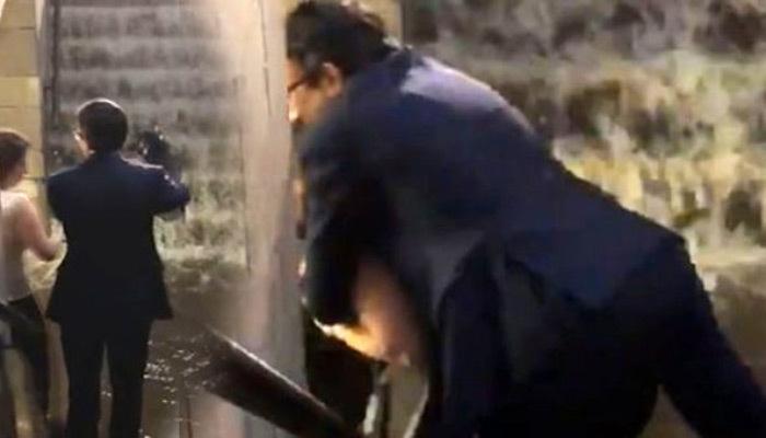 Selde ıslanmamak için kadının sırtına çıktı