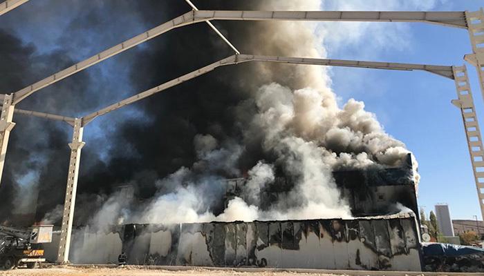 Sivas'ta plastik fabrikası alev alev yandı