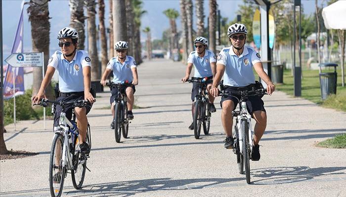 Şortlu bisikletli polisler görenleri şaşırttı
