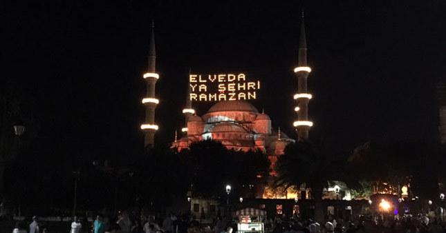 Sultanahmet Camii Türk bayrağına büründü