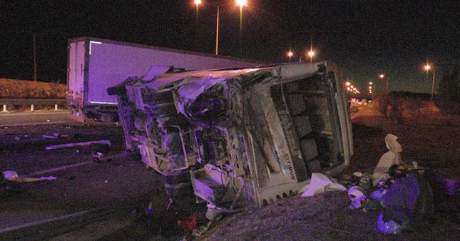 Suriyeli kafileyi taşıyan otobüs kaza yaptı:31 yaralı