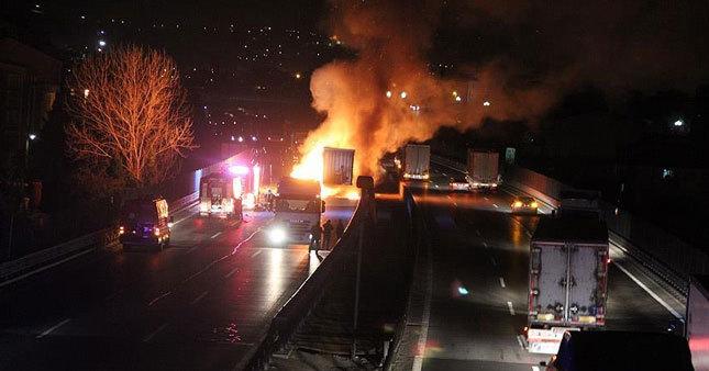 TEM Otoyolu'ndaki yangın trafiği felç etti