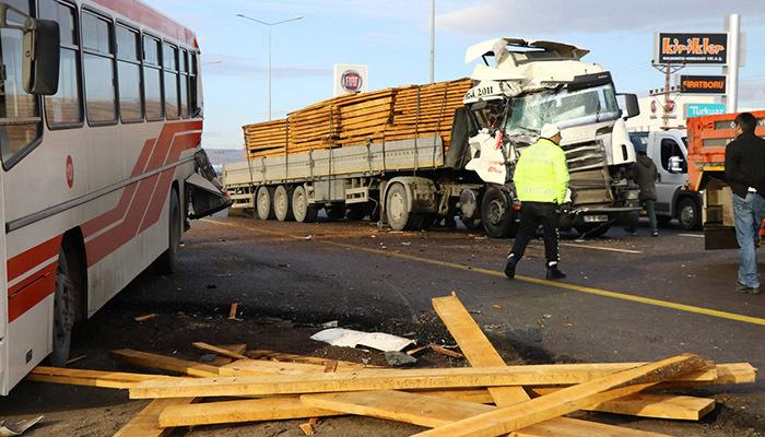 TIR ile belediye otobüsüne çarpıştı: 11 yaralı