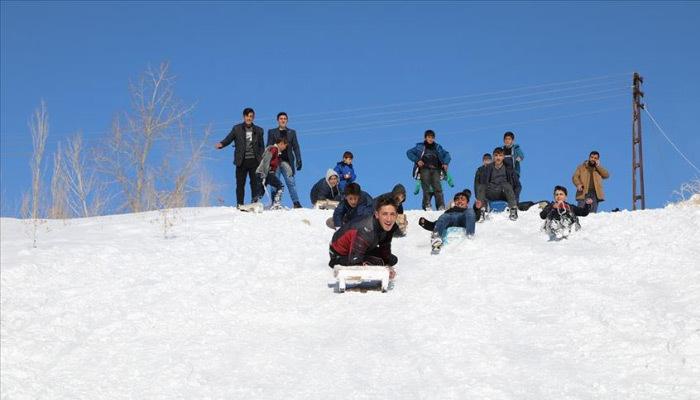 Vanlı çocukların karda kızak eğlencesi