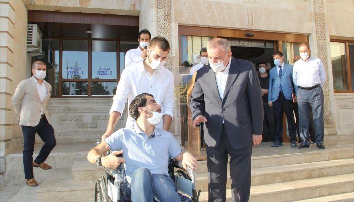 Midyat Belediye Başkanı Şahin, 40 tekerlekli sandalye yardımı sözünü yerine getirdi