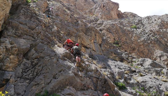 Adrenalin tutkunları sarp kayalıkları aşıp 517 basamaklı demir merdivene tırmandı