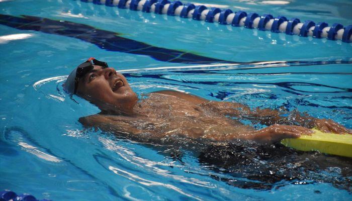 """Zihinsel engelli yüzücü """"milli forma"""" hayali için kulaç atıyor"""