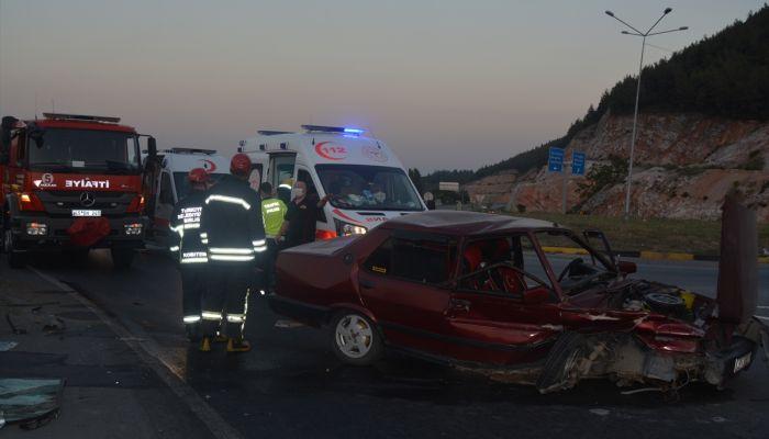 Manisa'da bariyerlere çarpan araçtaki 3 kişi yaralandı